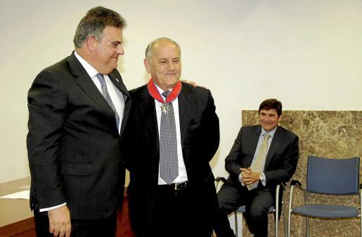 El Fiscal Superior condecoró a Àmez. Detrás de ellos el fiscal Salazar. Fotos: ALEJANDRO SEPÚLVEDA