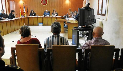 La mujer y el anciano condenados y el varón absuelto (en el centro) durante el juicio en la Audiencia.