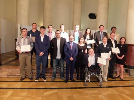 Representantes del Consell de Mallorca con los premiados con la Gota d'Oli.