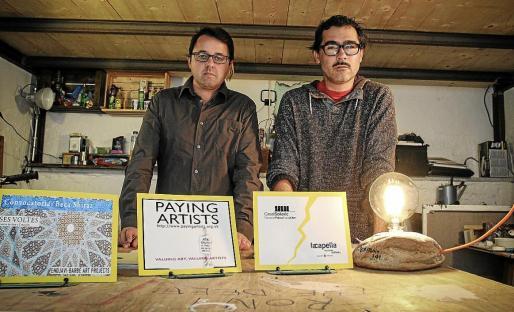 Paco Espinosa, presidente de la Associació d'Artistes Visuals, y Carles Gispert, de la junta directiva de la entidad, en diciembre de 2014, pidiendo buenas prácticas en la gestión del Casal Solleric.
