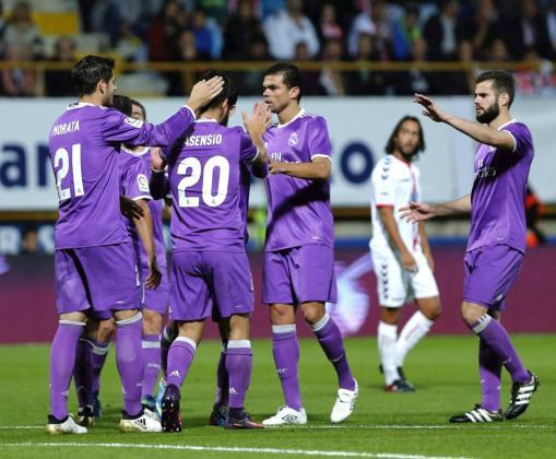 El delantero del Real Madrid Marco Asensio celebra con sus compañeros uno de los goles que ha marcado ante la Cultural Leonesa.