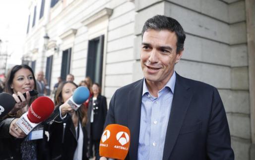 El exsecretario general del PSOE, Pedro Sánchez, habla con los periodistas en las inmediaciones del Congreso de los Diputados.