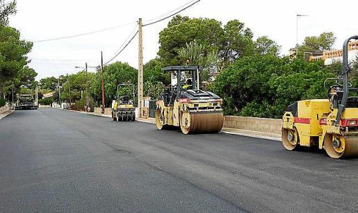 Las calles de la urbanización ya tienen un nuevo asfalto.
