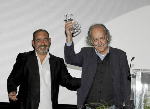 El dibujante Pep Roig muestra su premio, que le entregó Alfonso Moll.