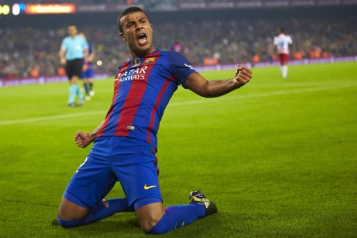 El centrocampista brasileño del FC Barcelona, Rafinha, celebra su gol.