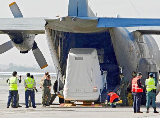 """B05. EL PRAT DE LLOBREGAT (BARCELONA), 29/10/2010.- Vista del """"papamóvil"""" en el que Benedicto XVI se desplazará el próximo 7 de noviembre durante su vista a Barcelona, a su llegada esta mañana al aeropuerto del Prat (Barcelona), a bordo del un avión Hércules del Ejército español. EFE/Toni Garriga ESPAÑA-VISITA PAPA -BARCELONA"""
