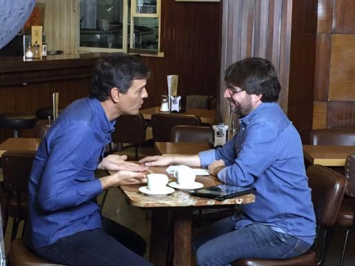 Fotografía cedida por Atresmedia que muestra al ex secretario general del PSOE Pedro Sánchez (i) durante su participación en el programa 'Salvados' de Jordi Évole (d).