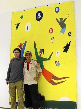 Jacek Wozniak y Manu Chao, ante una de sus obras.