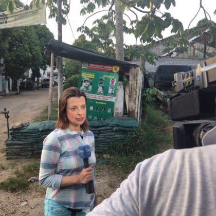 La reportera española Nuria Ramos, haciendo su trabajo.