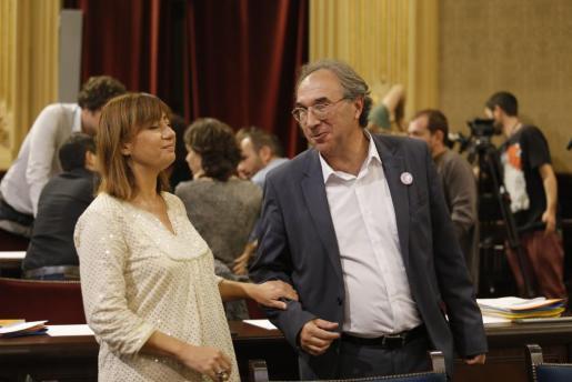 La presidenta del Govern, Francina Armengol, junto al conseller de Educació, Martí March, en una imagen de archivo tomada en la Cámara balear.