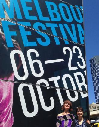 Aina Cos y Concha Vidal, frente al cartel del festival.