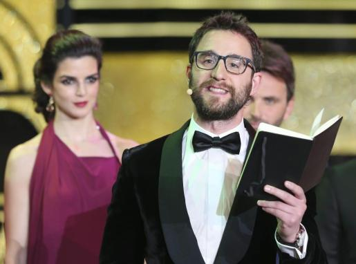 Los actores Dani Rovira (d) y Clara Lago durante la gala de entrega de los premios Goya 2015.