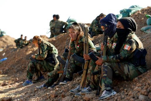Mujeres de una brigada kurda participan en el cerco a los terroristas en su feudo iraquí de Mosul.