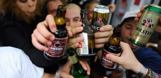 Jóvenes consumiendo alcohol.