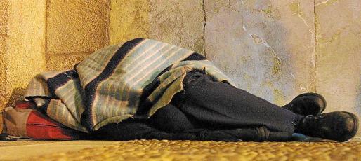 Una persona durmiendo en la calle en Palma.
