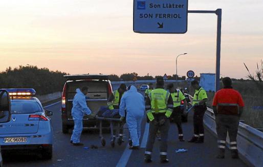 Operarios de la funeraria trasladan el cuerpo del ciclista fallecido, en mayo de 2015.