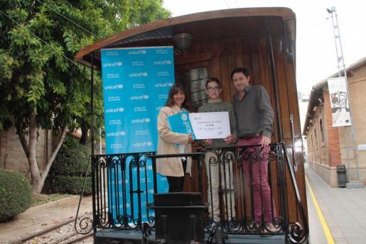 Óscar Mayol, presidente de Ferrocarril de Sóller, ha hecho entrega del cheque a la delegada de Unicef Comité Baleares, Mercedes del Pozo.