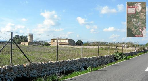 La carretera de Felanitx a Porreres separa las edificaciones que se localizan en la finca de titularidad pública.