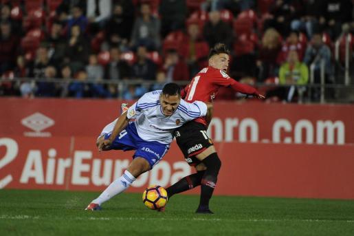 Brandon intenta luchar un balón con un jugador del Zaragoza.