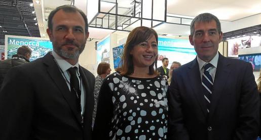 Biel Barceló, Francina Armengol y el presidente de Canarias, Fernando Clavijo, en la World Travel Market.