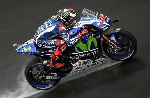 El piloto mallorquín Jorge Lorenzo (Movistar Yamaha) rueda sobre el asfalto de Sepang.