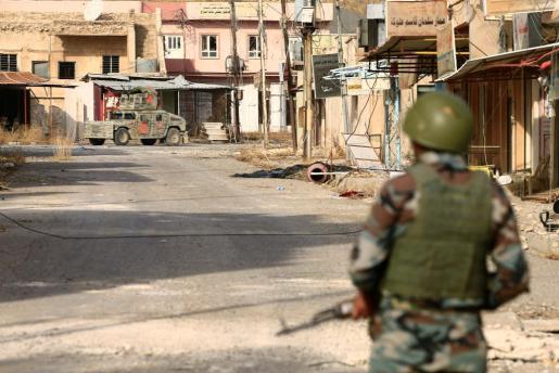 Fuerzas peshmerga kurdas en un puesto de vigilancia al este de Mosul, bastión en Irak de los yihadistas de Estado Islámico.