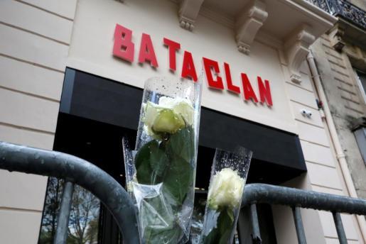 Rosas blancas a las puertas de la sala Bataclan un año después de los atentados terroristas.
