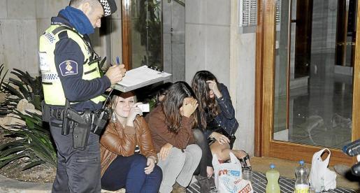 Pese a que el botellón está prohibido en Palma, se sigue realizando, motivo por el que la Policía Local pone multas.