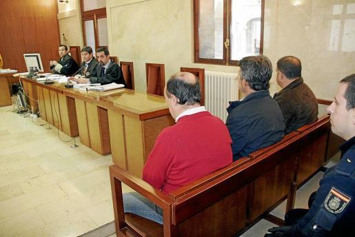 El mallorquín detenido en Argentina, a la derecha, en el banquillo de los acusados de la Audiencia.