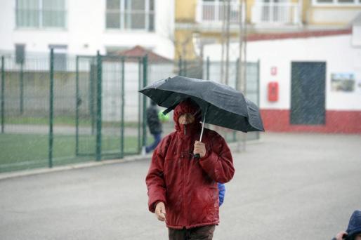 Un hombre sostiene un paraguas durante una lluvias en Balears.