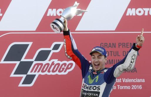 Lorenzo en el podio celebra su victoria en el Gran Premio de la Comunidad Valenciana disputado en el circuito Ricardo Tormo de Cheste.