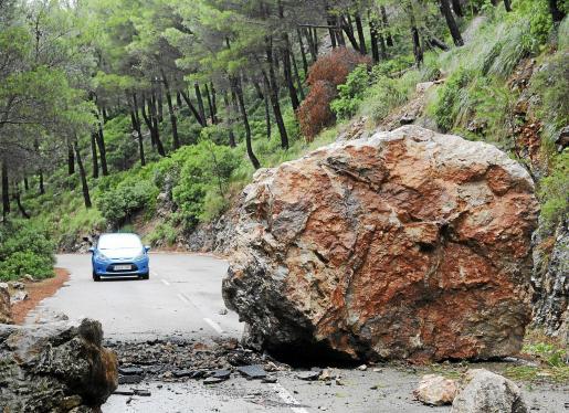 El pasado mes de octubre tuvo lugar un importante desprendimiento de rocas en la carretera de Estellencs.