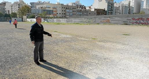 Salvador Maimó muestra el solar en el que reclaman poder aparcar, una zona en la que hace años sí estaba permitido estacionar.