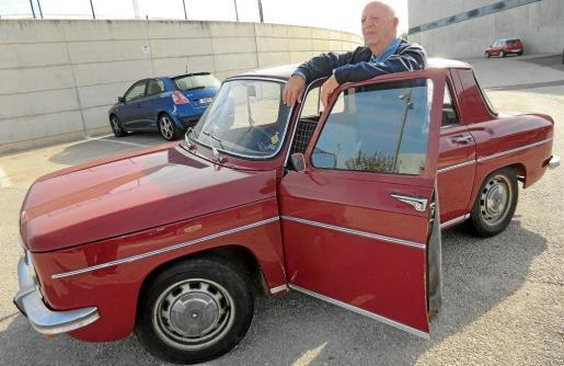 Sebastián Galmés, junto a su Renault 8 de 1975 que adquirió hace diez años.