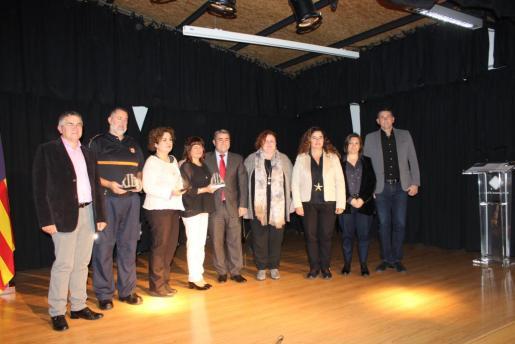 Los galardonados se fotografiaron con las autoridades antes del concierto que puso fin a la ceremonia.