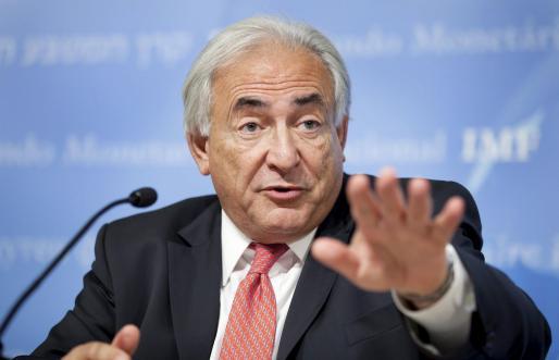 El director ejecutivo del FMI, Dominique Strauss-Kahn, informa de la reforma del FMI en Washington.