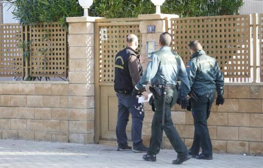 Agentes de la Guardia Civil, durante uno de los registros.