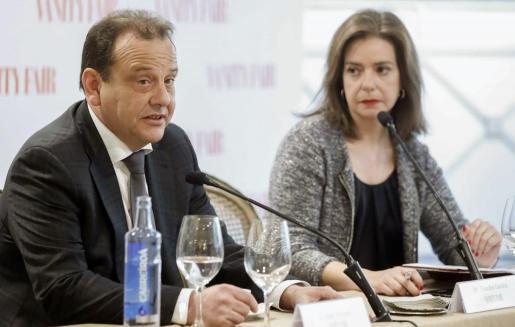 El fiscal anticorrupción de Balears y del caso Nóos, Pedro Horrach, junto a la directora de la revista Vanity Fair, Lourdes Garzón, durante el desayuno informativo en el que ha participado, a pocas semanas de que se conozca la sentencia del caso.