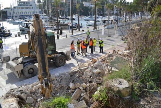 Las autoridades visitando las obras de derribo de los varaderos.