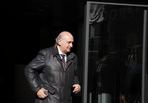 El exministro del Interior, Jorge Fernández Díaz, abandona la sede del PP de la calle Génova tras la Junta Directiva Nacional de la formación.