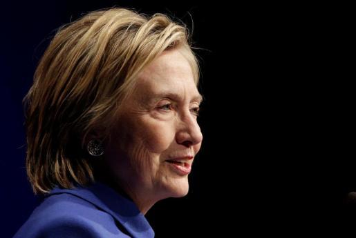 Hillary Clinton, con rostro cansado, durante un acto público.