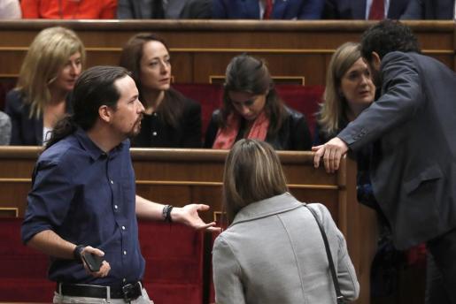 El líder de Podemos, Pablo Iglesias, en su escaño del hemiciclo del Congreso de los Diputados, antes del inicio de la sesión solemne de la apertura de las Cortes en la XII Legislatura, presidida por primera vez por los reyes Felipe VI y doña Letizia.