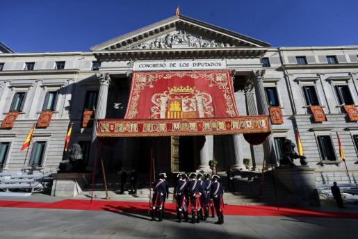 Exteriores del Congreso de los Diputados engalanados con motivo de la solemne apertura de las Cortes en la XII Legislatura, que por primera vez preside el Rey Felipe VI.