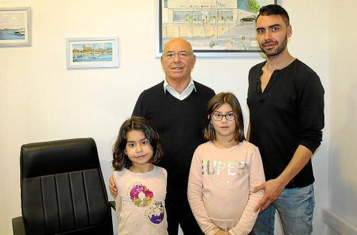 Jesús Nieto con su hijo Miguel Ángel y sus nietas Ángela y Claudia.