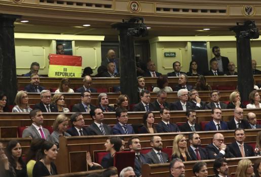 El senador navarro de IU, Iñaki Bernal, ha mantenido desplegada una bandera republicana desde su escaño en lo alto del hemiciclo del Congreso durante buena parte del discurso del Rey Felipe VI en la solemne apertura de las Cortes.