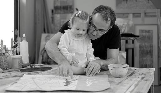 Ramón Company junto a una niña en su estudio.