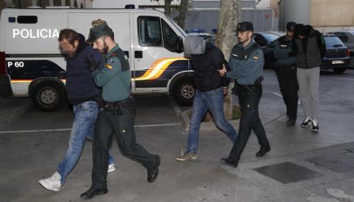 La Guardia Civil conduce a tres detenidos a los juzgados de Vía Alemania