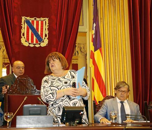 La presidenta del Parlament, Xelo Huertas, llega a su mesa en el pleno del pasado martes.