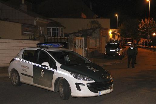 Un coche de la Guardia Civil junto a la vienda donde los cadáveres de un hombre y una mujer han sido hallados.