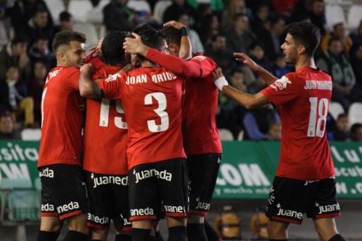 Jugadores del Real Mallorca celebran uno de los goles durante la victoria de los bermellones en el campo del Córdoba (0-2).
